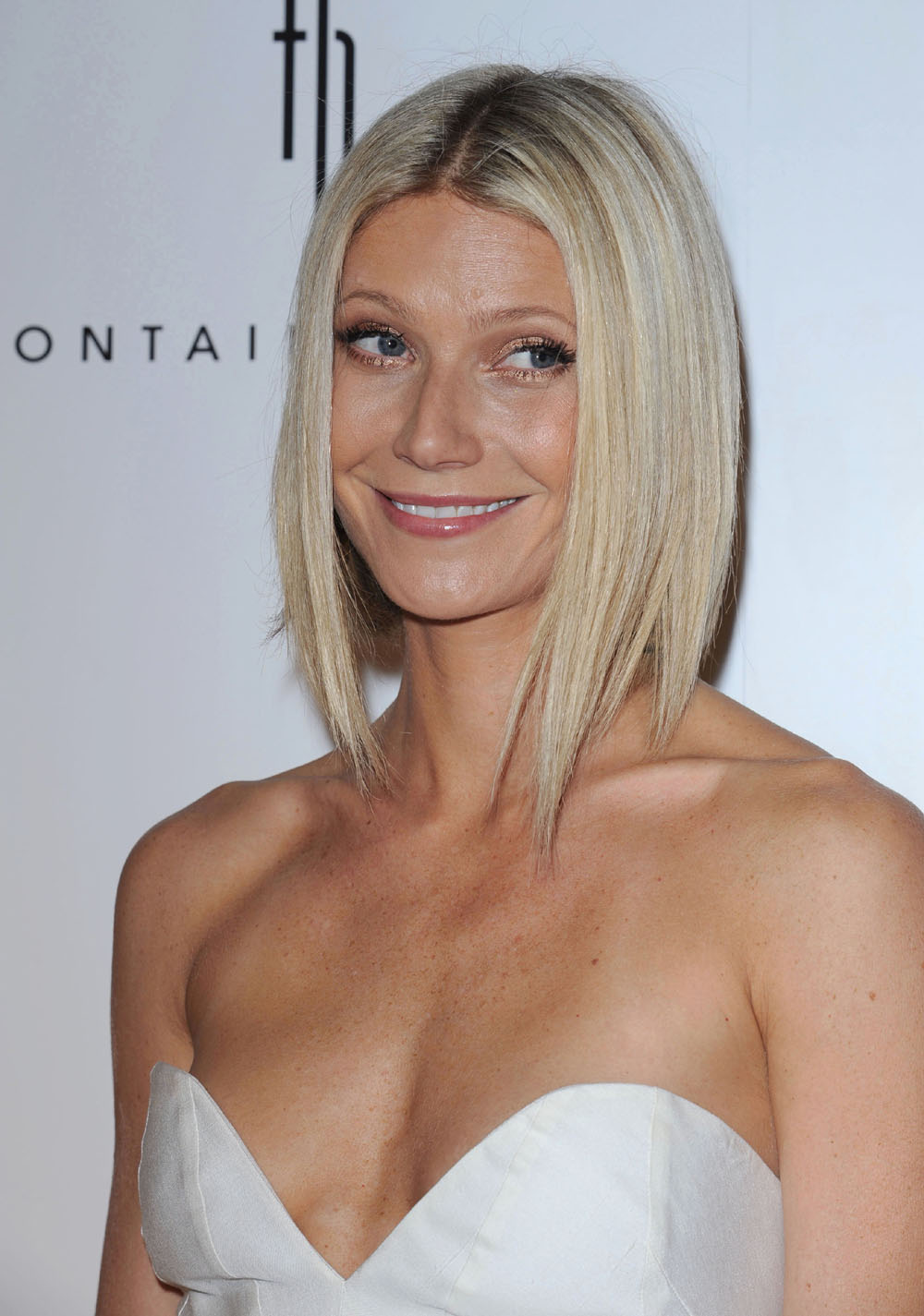 Cele Bitchy Gwyneth Paltrow Makes Solo Appearances