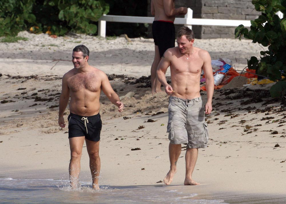 Daniel Craig shirtless on the beach eating chips – is it a ... Daniel Craig