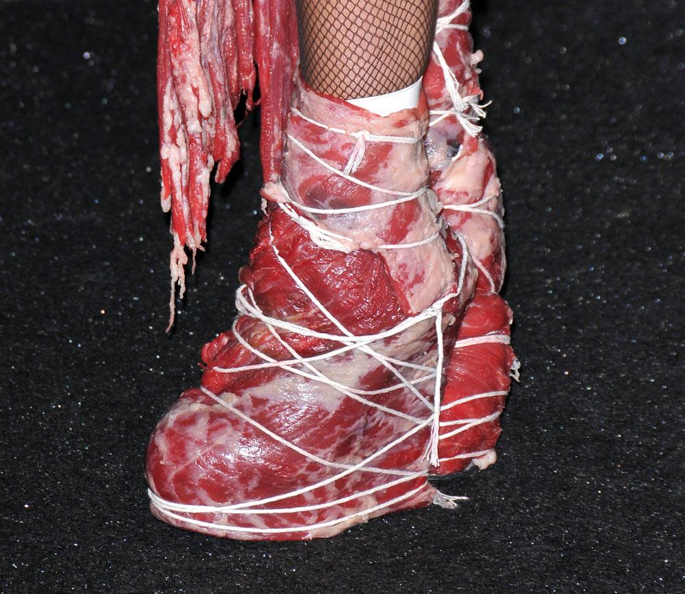 Гага в платье из мяса