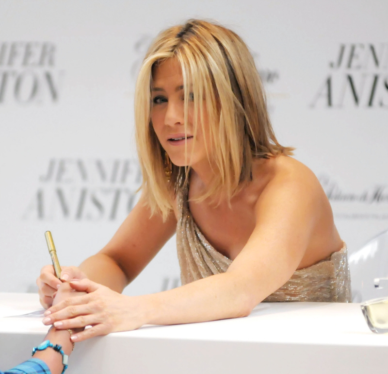 Jennifer Aniston In Beige Valentino Meico City Lovely Or Oatmeal