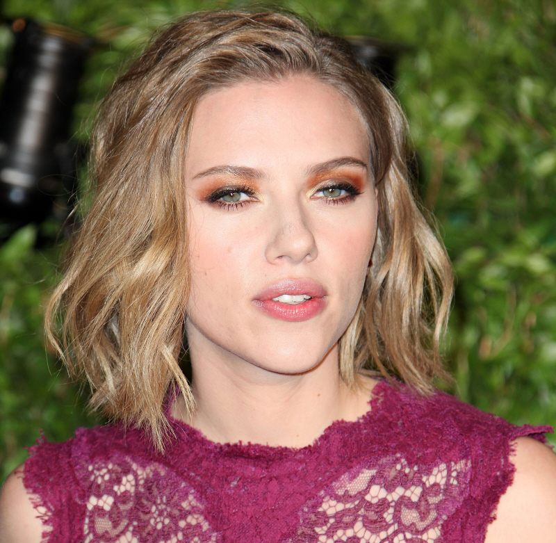 Cele|bitchy » Blog Archive » Scarlett Johansson putting her foot800
