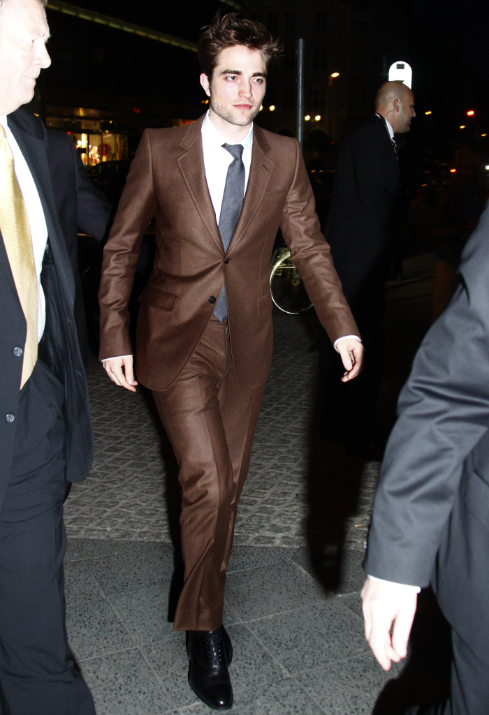 Cele|bitchy | Robert Pattinson's shiny brown suit: a bold choice