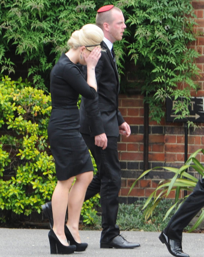 fp_7650860_big_winehouseamy_funeral_13_49