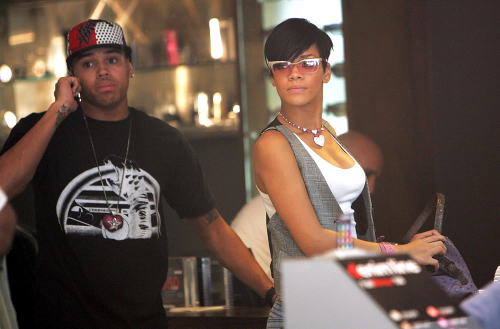 fp_1899378_icon_rihanna_chris_04_06