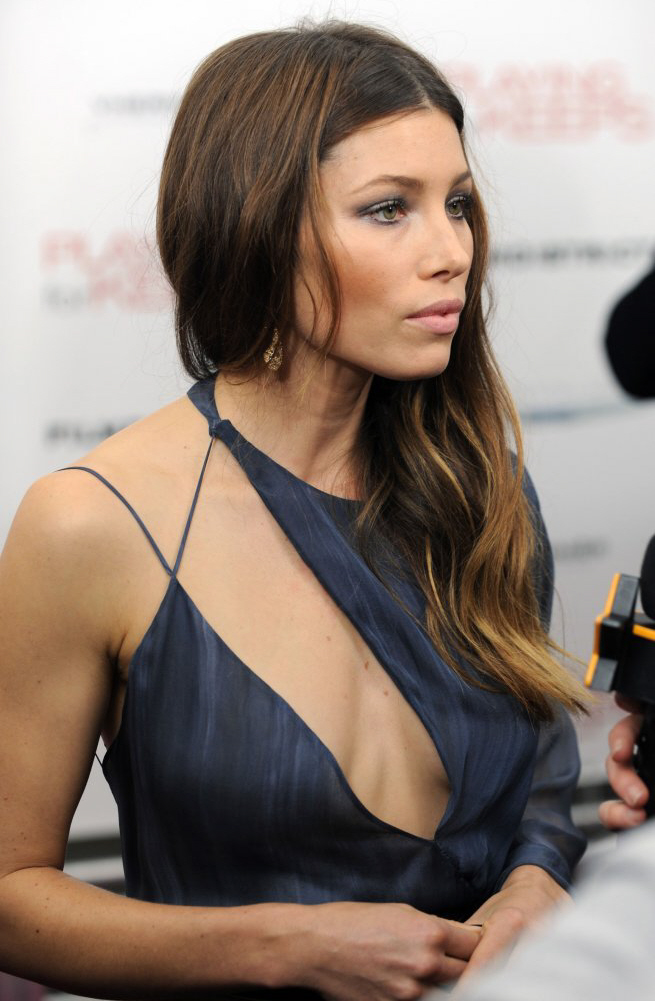 Cele bitchy   Jessica Biel in Versace at the 'Playing for