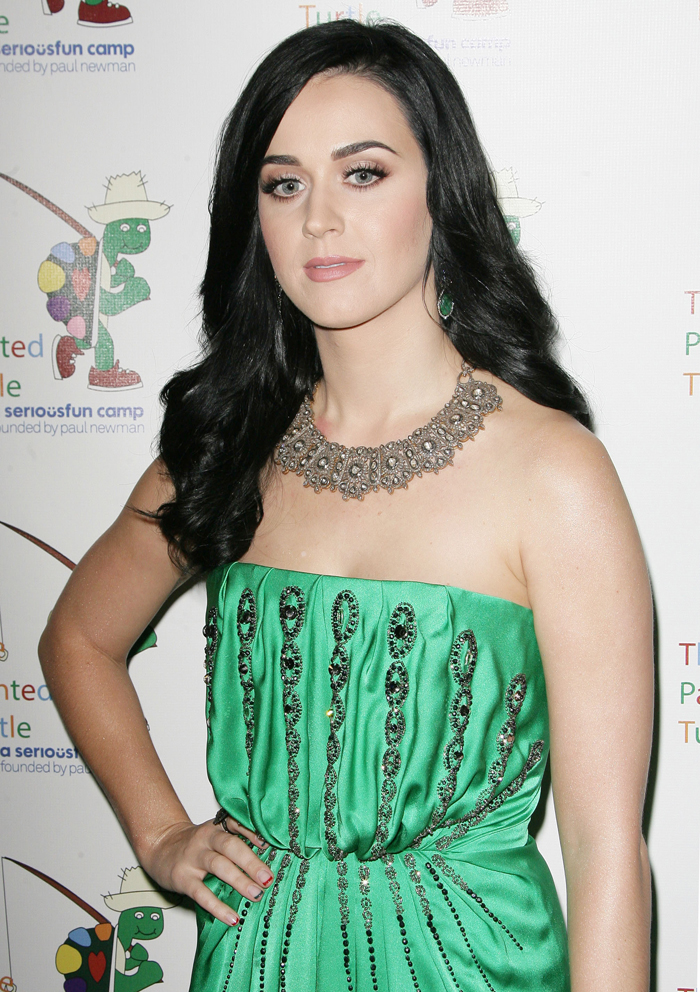 whos katy perry dating Katy perry and orlando bloom have been spotted together almost all of the time which started out rumors that the two are dating however, they have never made any official announcement yet regarding their relationship.