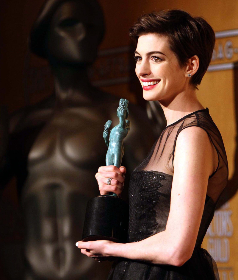 Anne Hathaway In Black Giambattista Valli At The SAGs