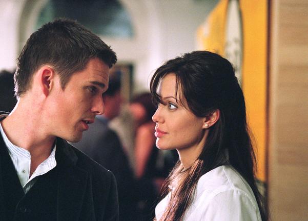 Ethan Hawke mettant nu la poitrine d'Angelina Jolie