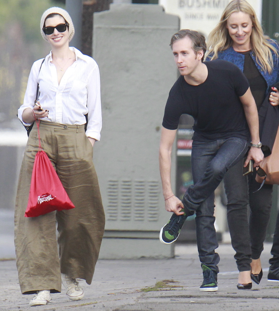 Cele|bitchy | Anne Hathaway in wrinkled, linen-blend palazzo pants ...
