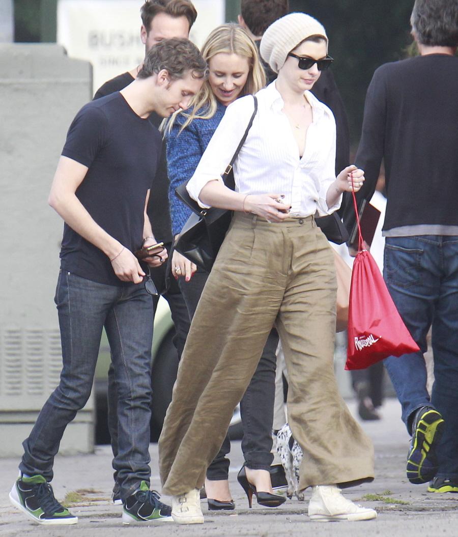 Anne Hathaway In Wrinkled, Linen-blend