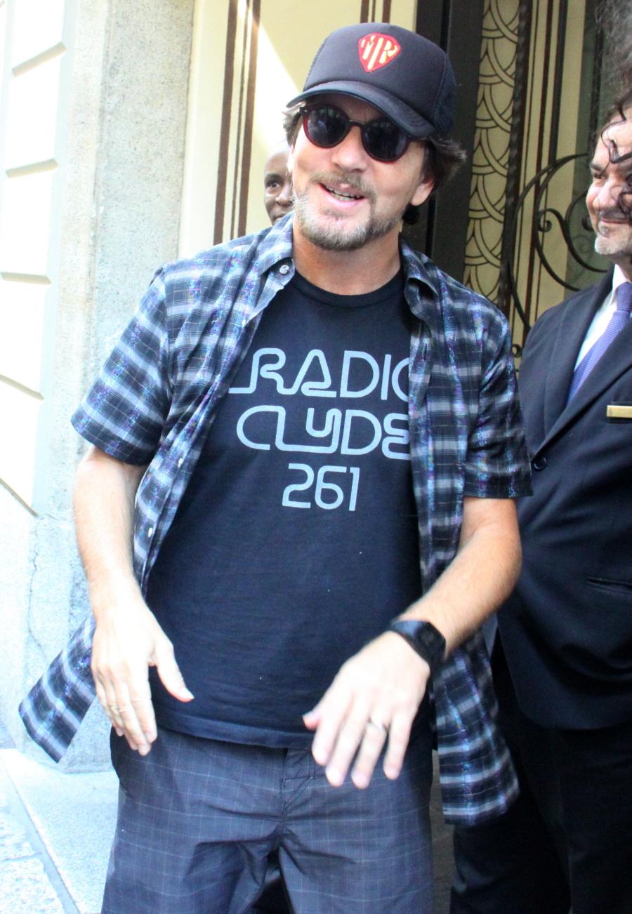 Eddie Vedder And Dave Grohl Eddie vedder  49  shows offEddie Vedder Dave Grohl