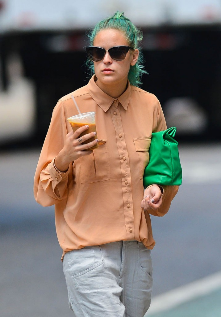 Tallulah Willis Grabbing An Iced Coffee
