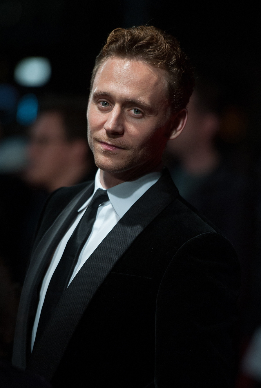 Tom Hiddleston sang a special Christmas song for his Dragonflies: so cute?