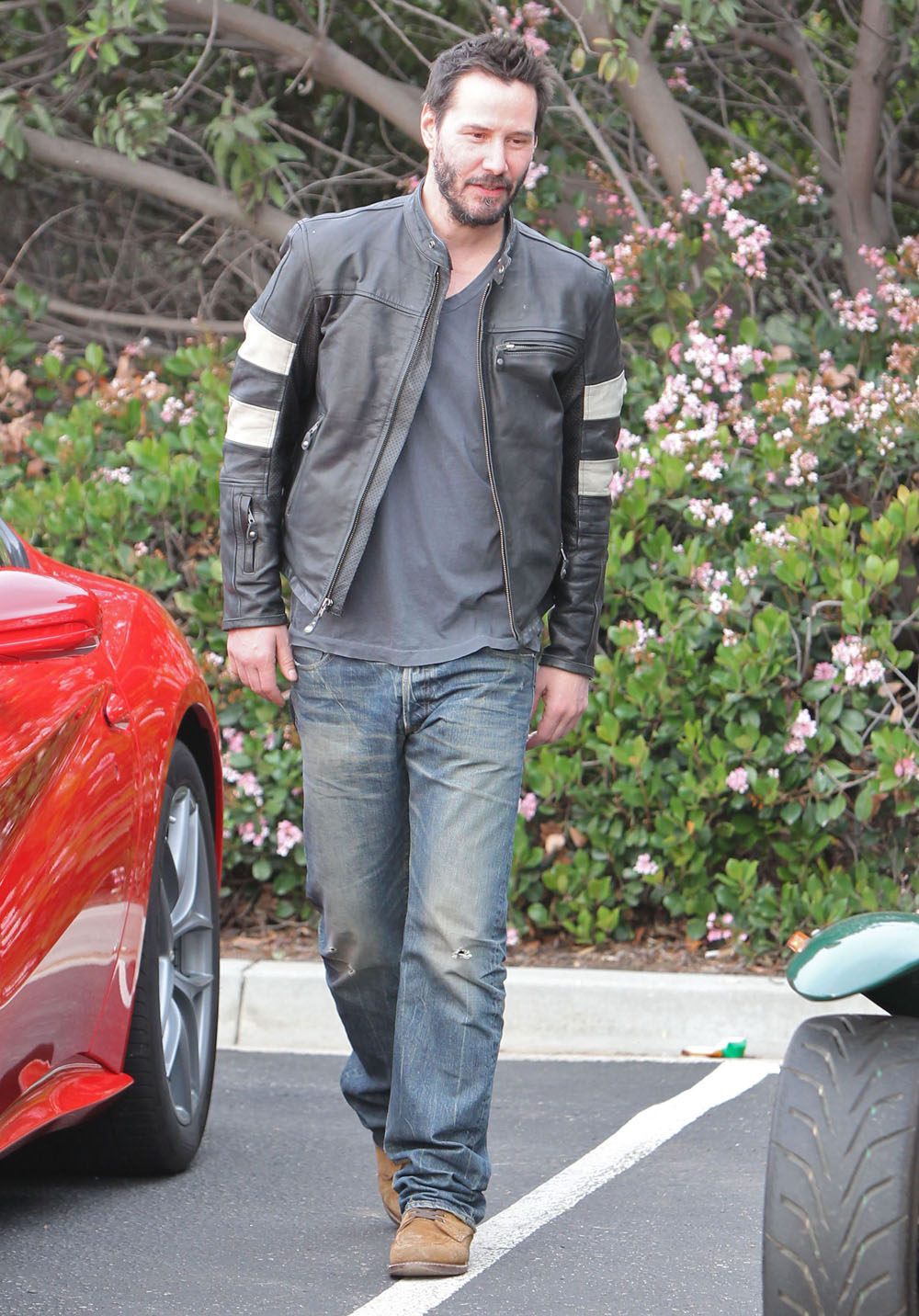 Cele|bitchy | Keanu Reeves proudly shows his custom $78k motorcycles at classic car event