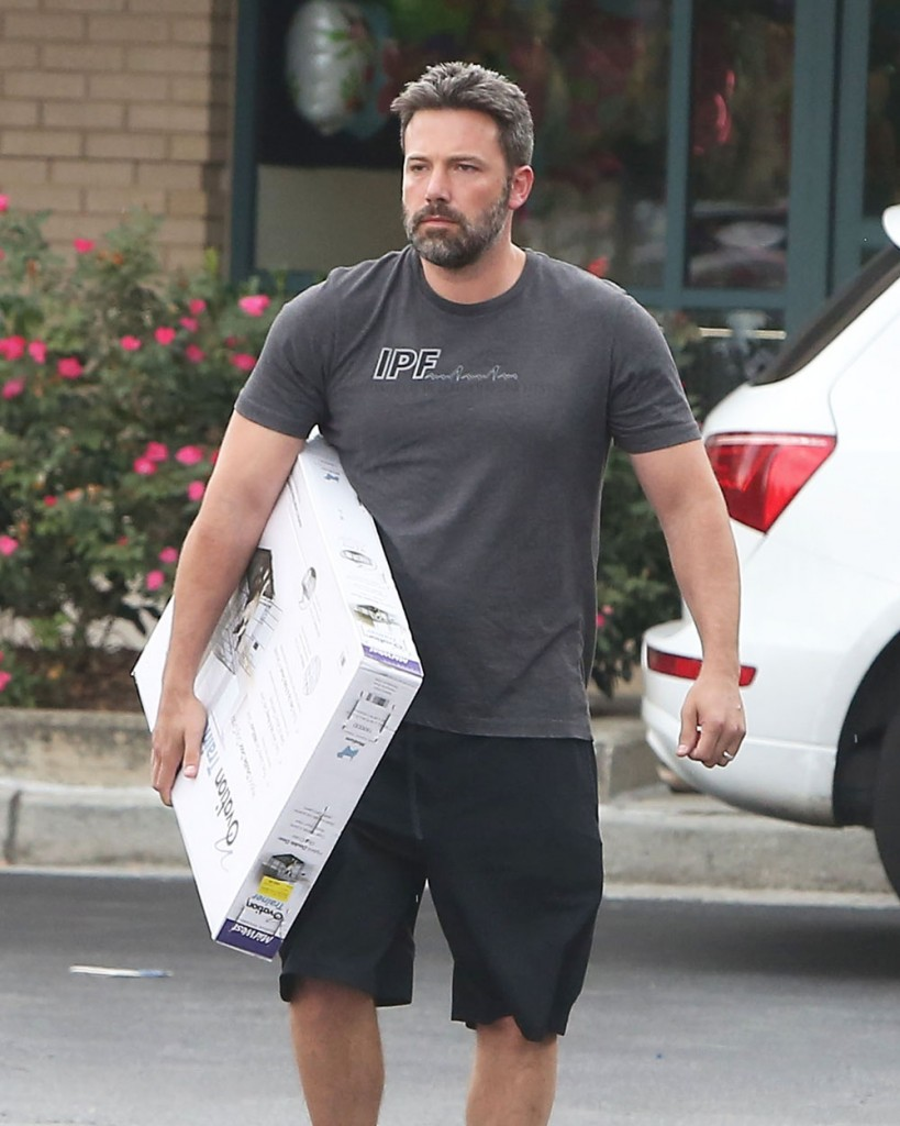 Ben Affleck Stops By The Pet Store With His Daughter