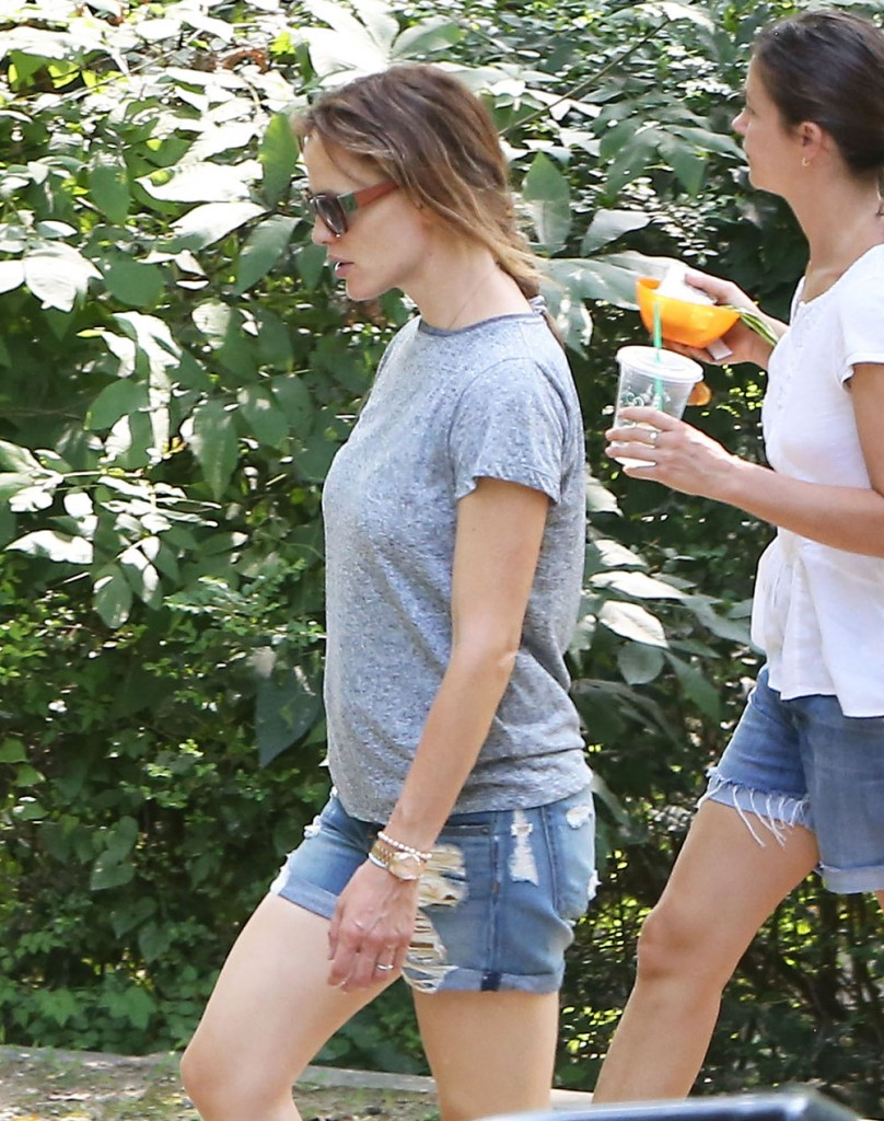 Jennifer Garner Stops By The Park With Her Children