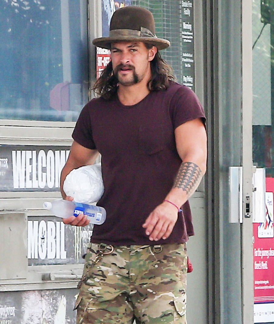 celebitchy jason momoa wore sandals to the farmers