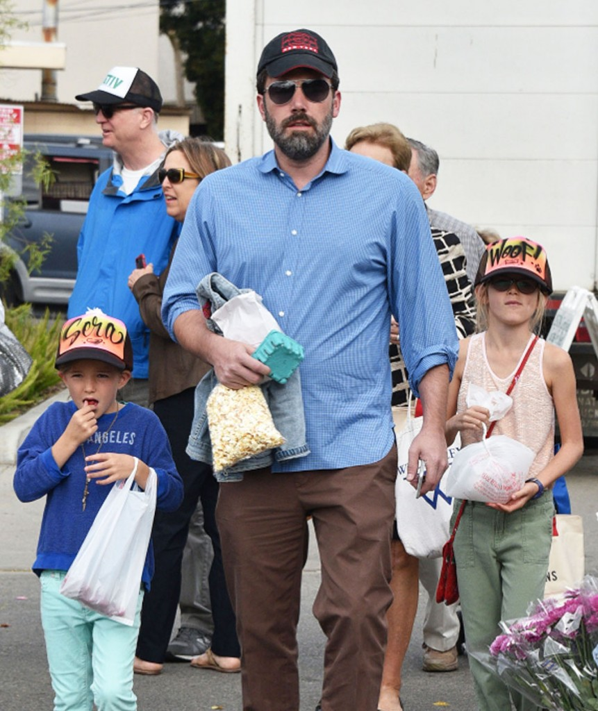 Ben Affleck & Jennifer Garner Take Their Kids To The Farmer's Market