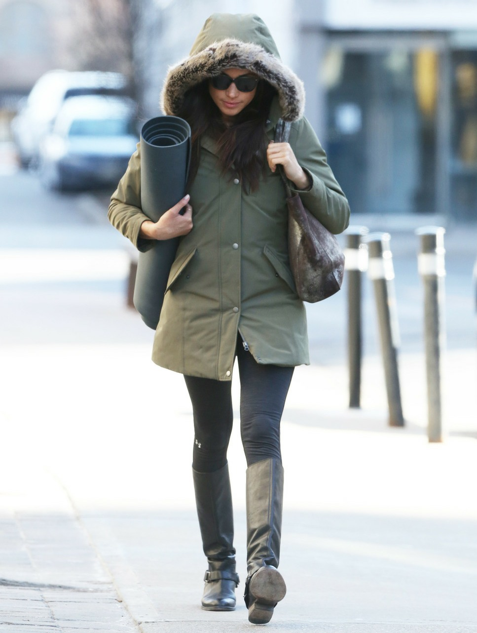 Prince Harry's girlfriend Meghan Markle leaves Yoga in Toronto, Canada. Currently in a extreme weather alert for the Toronto area. Meghan was doing a Hot Yoga session that lasted 1 hour and 15 minutes.