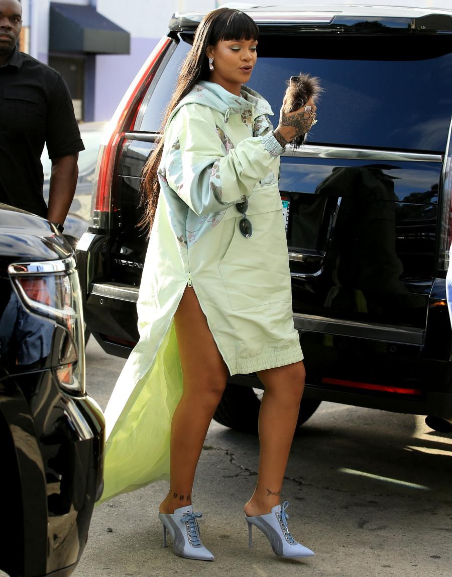 Rihanna wore a fenty puma mullet poncho in la cute or tragic cele bitchy howldb - Rihanna poids 2017 ...