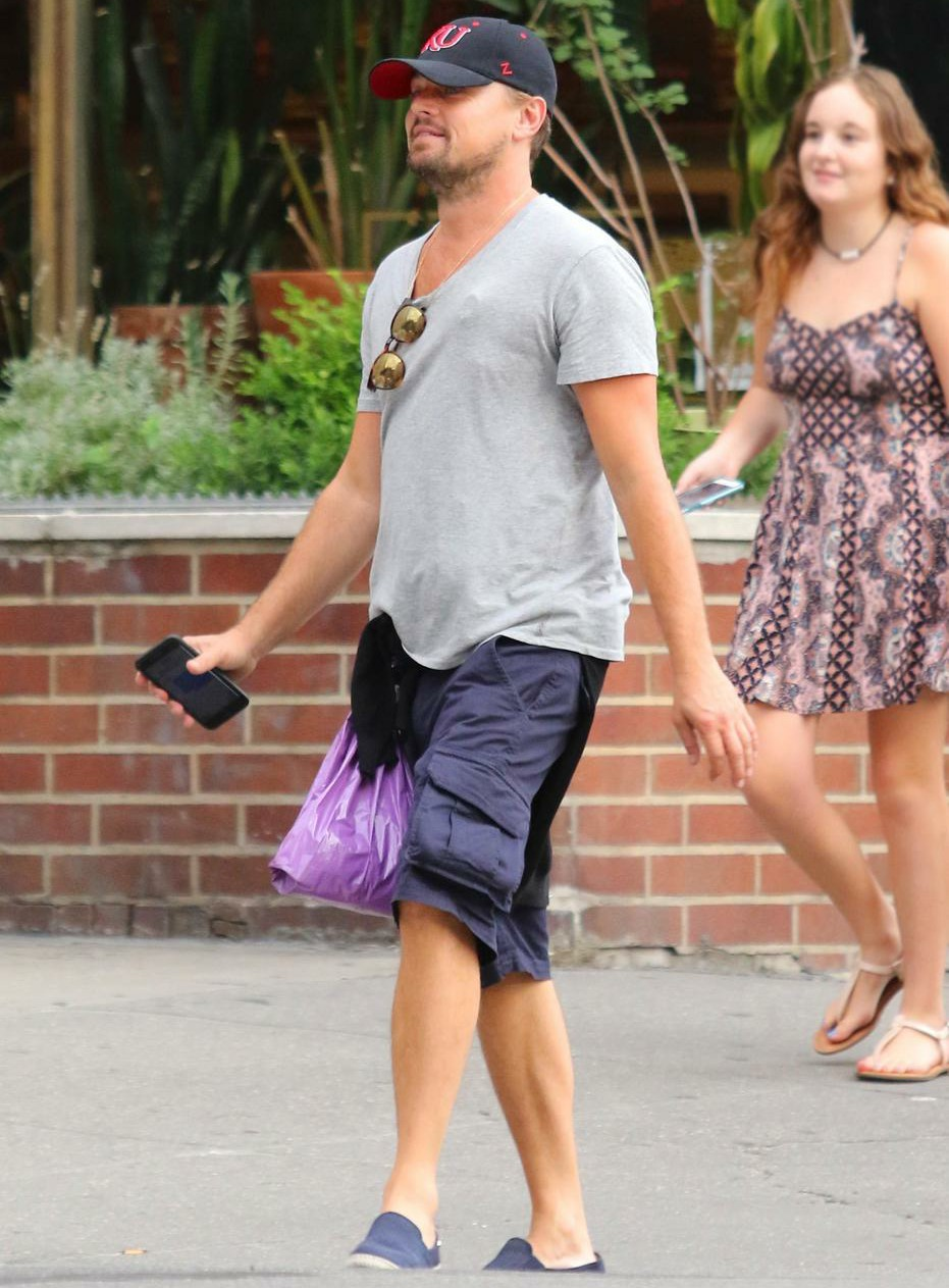 Leo DiCaprio apparently has a new girlfriend, she's 23 years old & brunette