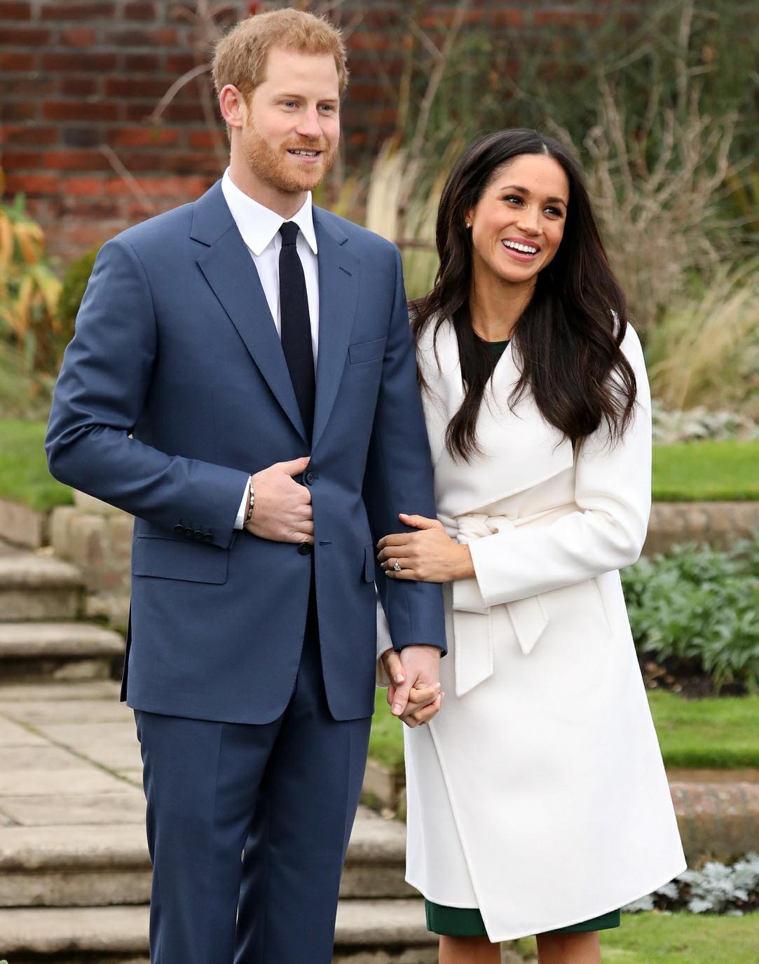 el Príncipe Harry y Meghan Markle en una sesión de fotos para anunciar oficialmente su participación en el Jardín Hundido en el Palacio de Kensington