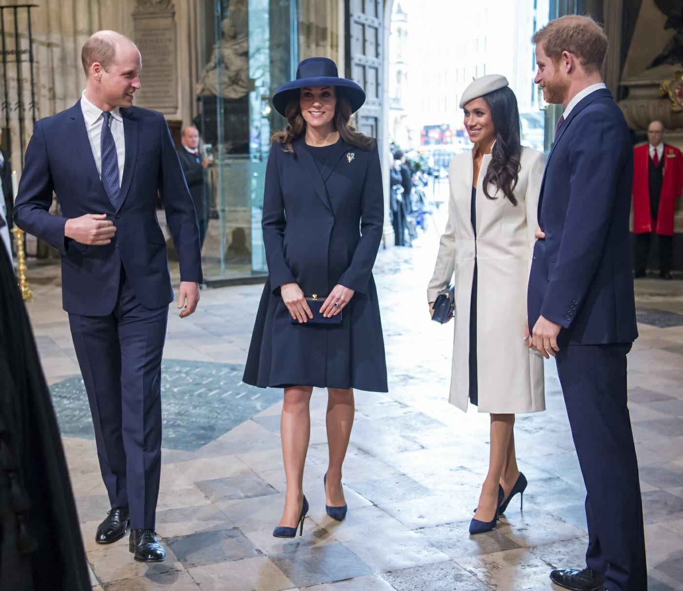 Meghan Markle, que llevaba un blanco Stephen Jones boina y un juego de Amanda Wakeley abrigo crombie, asiste el Día de la Commonwealth en la Abadía de Westminster con su prometido el Príncipe Harry