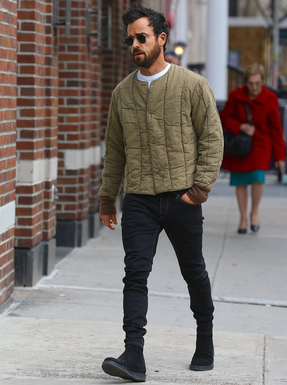 Justin Theroux hides his ring finger in NY
