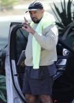Kanye West parece listo para el Country Club, mientras que en su oficina en Calabasas