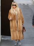 Una embarazada Khloe Kardashian cambios en Yeezys en el estudio para estar más cómodo